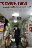<p>Publicidad de Toshiba Corp en una tienda en Tokio, 13 ene 2009. La tecnológica japonesa Toshiba Corp afirmó que está en conversaciones para la compra del negocio de discos duros de Fujitsu Ltd, un acuerdo que podría crear al mayor fabricante global de discos duros pequeños y que valdría entre 340 y 450 millones de dólares. REUTERS/Kim Kyung-Hoon (JAPON)</p>