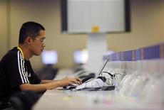 """<p>Un usuario de intenet en Pekín, 31 jul 2008. El número de usuarios de internet En China se disparó un 42 por ciento a 298 millones a finales del 2008 respecto al año anterior, cimentando la posición del país como la mayor población de """"cibernautas"""" del mundo, informó el Centro de Información de Red de Internet de China, CNNIC. REUTERS/Tim Wimborne</p>"""