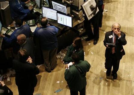 Traders are pictured on the floor of the New York Stock Exchange near the close of the trading session in New York City January 7, 2009. REUTERS/Mike Segar