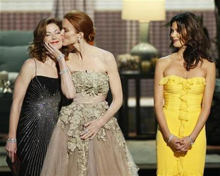 Actresses Dana Delany, Marcia Cross and Teri Hatcher (L-R) of ''Desperate Housewives'' present an award at the 60th annual Primetime Emmy Awards in Los Angeles September 21, 2008. REUTERS/Lucy Nicholson
