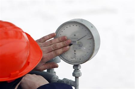 A Gazprom technician inspects a pressure gauge at the gas export monopoly's Sudzha compressor station, January 14, 2008. REUTERS/Denis Sinyakov