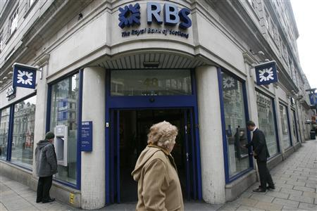 A pedestrian walks past a branch of the Royal Bank of Scotland (RBS) in central London, January 19, 2009. REUTERS/Andrew Winning