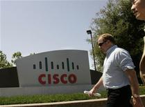 <p>Un uomo passeggia davanti all'insegna di Cisco Systems al quartier generale della compagnia a San José in California.REUTERS/Robert Galbraith</p>