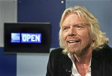<p>Foto de archivo del magnate británico Richard Branson durante una charla sobre economía en Nueva York, 6 nov 2008. Dos estudiantes universitarios holandeses consiguieron un viaje a Washington a bordo del jet privado del multimillonario británico Richard Branson con la esperanza de unirse a las masas que aclaman a Barack Obama, según reportó una agencia holandesa de noticias. REUTERS/Dima Gavrysh/American Express OPEN/Handout</p>