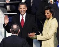 <p>Барак Обама приносит клятву как 44-й президент США председателю Верховного суда США Джону Робертсу в ходе церемонии инаугурации в Вашингтоне 20 января 2009 года. Демократ Барак Обама стал 44-м президентом США после церемонии инаугурации в Вашингтоне во вторник, унаследовав от своего предшественника Джорджа Буша две войны и серьезнейшие проблемы в экономике. REUTERS/Jim Young</p>