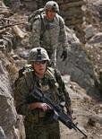 <p>Американские военные патрулируют территорию в восточном Афганистане 21 января 2009 года. Командующий американскими войсками в Ираке и Афганистане генерал Дэвид Петреус во вторник встретился с афганским президентом Хамидом Карзаем и заявил, что США достигли договоренности о новых транспортных маршрутах из Центральной Азии в Афганистан. REUTERS/Bob Strong (AFGHANISTAN)</p>