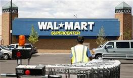<p>A worker brings carts back into a Walmart store in Westminster, Colorado August 14, 2008. REUTERS/Rick Wilking</p>