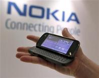 <p>Foto de archivo de un teléfono Nokia N97 durante el día de mercados capitales de la empresa en Nueva York, 4 dic 2008. Nokia, el mayor fabricante mundial de teléfonos móviles, y sus principales rivales comenzaron a recortar los precios de los aparatos debido a la caída de la demanda y el recorte de los inventarios de los minoristas tras las débiles ventas de fin de año. REUTERS/Brendan McDermid</p>