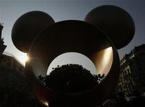 <p>Una instalación dentro del parque Disneyland de Hong Kong, 15 ene 2009. Walt Disney Co dijo el miércoles que ofreció un retiro voluntario a 600 ejecutivos de su unidad local de parques temáticos para recortar costos en medio de la crisis económica que obligado a la firma a realizar más en Walt Disney World. REUTERS/Bobby Yip (CHINA)</p>