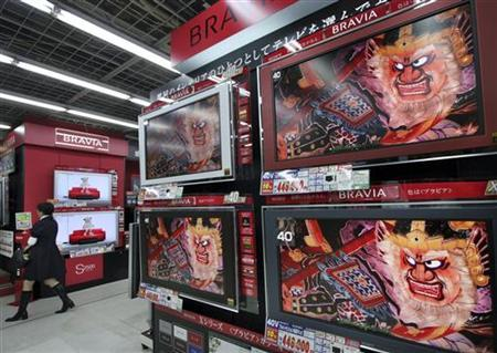 Sony Corp's Bravia televisions are displayed at an electronics retailer in Tokyo October 26, 2006. REUTERS/Toshiyuki Aizawa