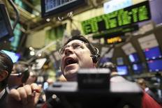 <p>Un operador en el piso de la Bolsa de Valores de Nueva York, 22 ene 2009. El gigante estadounidense del software Microsoft Corp reportó el jueves una ganancia para sus segundo trimestre fiscal menor a la esperada, al tiempo que anunció que eliminar hasta 5.000 empleos para recortar costos. REUTERS/Brendan McDermid</p>