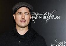 """<p>El actor estadounidense Brad Pitt posa en el estreno de """"The Curious Case of Benjamin Button"""" en París, 22 ene 2009. """"The Curious Case of Benjamin Button"""", un drama en el que Brad Pitt interpreta a un hombre que nace anciano y rejuvenece, obtuvo 13 nominaciones a los premios Oscar, dijeron el jueves los organizadores. REUTERS/Gonzalo Fuentes</p>"""