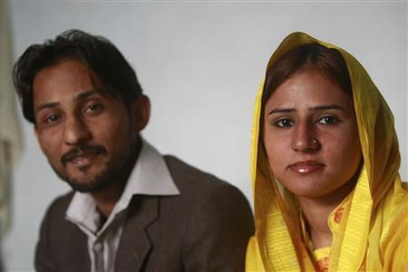 Pervez Chachar and his wife Humera Kambo sit in a makeshift room in police headquarters in Karachi January 16, 2009. REUTERS/Athar Hussain