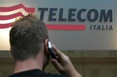 <p>Un uomo al cellulare di fronte a un negozio Telecom Italia, a Roma. REUTERS/Dario Pignatelli</p>