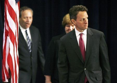 Timothy Geithner, president of the New York Federal Reserve Bank, and former U.S. Treasury Secretary Lawrence Summers (L), arrive at a news conference, where President-elect Barack Obama announced Geithner would be his treasury secretary, and Sommers would be his director of national economic policy, in Chicago, November 24, 2008. REUTERS/Jeff Haynes
