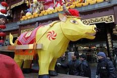 <p>Trabajadores descargan un adorno en la forma de un buey para las celebraciones del año nuevo chino en Shanghái, 23 ene 2009. Aún más temores económicos y mayores conflictos figuran en el año del buey del calendario lunar chino, de acuerdo a respetados adivinos, quienes también auguran que no todo terminará en tristeza. REUTERS/Nir Elias (CHINA)</p>