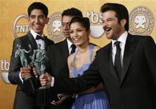 """<p>(E-D) Atores Dev Patel, Irrfan Khan, Freida Pinto and Anil Kapoor exibem suas estatuetas após vencerem pelo filme """"Quem Quer Ser Um Milionário?"""" no 15o Screen Actors Guild Awards em Los Angeles. REUTERS/Danny Moloshok (UNITED STATES)</p>"""