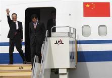 <p>Премьер-министр Китая Вэнь Цзябао (слева) прибывает в аэропорт Фукуока на юге Японии 13 декабря 2008 года. Во вторник премьер-министр Китая Вэнь Цзябао отправится с визитом в Европу, чтобы наладить отношения, подпорченные недавними событиями. REUTERS/Issei Kato</p>