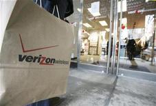 <p>Foto de archivo de una cliente a la espera de comprar un producto en una tienda de Verizon Wireless en Nueva York, EEUU, 21 nov 2008. El grupo estadounidense de telefonía Verizon Communications Inc informó el martes un alza en sus ganancias netas del cuarto trimestre, pese a un número menor al esperado de suscriptores del negocio móvil y a la debilidad en sus ventas corporativas. REUTERS/Brendan McDermid</p>