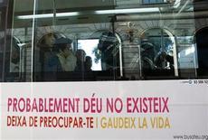 """<p>Foto de archivo del primer día de la campaña de los """"autobuses ateos"""" en Barcelona, España, 12 ene 2009. Ateos y creyentes libran desde el martes en las calles de Madrid una inusual batalla de eslóganes que ha convertido algunos autobuses municipales en escenario de un debate abierto ya hace siglos. REUTERS/Albert Gea</p>"""