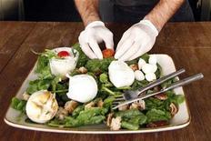 """<p>Foto de archivo de una ensalada Búfalo Muzarela en un restaurante de Roma, 30 oct 2007. La ciudad italiana de Lucca enfrentó el martes acusaciones de """"racismo culinario"""", luego de prohibir la apertura de nuevos restaurantes extranjeros en su centro histórico. REUTERS/Dario Pignatelli</p>"""