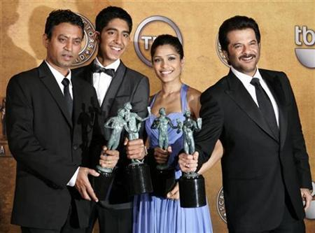 (L-R) Actors Irrfan Khan, Dev Patel, Freida Pinto and Anil Kapoor hold their awards after winning for Outstanding Performance by a Cast in a Motion Picture ''Slumdog Millionaire'' at the 15th annual Screen Actors Guild Awards in Los Angeles, January 25, 2009. REUTERS/Danny Moloshok