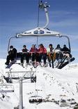 <p>Туристы на подъемнике в Ле-Крозе в Швейцарии 10 января 2009 года. Число туристов, отправляющихся за рубеж, сократится в этом году по всему миру впервые с 2003 года, а наибольший спад произойдет в Европе, говорится в докладе Всемирной туристической организации ООН. REUTERS/Denis Balibouse</p>