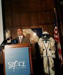 <p>La crise économique n'a pas douché l'enthousiasme des grandes fortunes pour le tourisme spatial, affirme Eric Anderson, P-DG de Space Adventures, la première entreprise du secteur. /Photo prise le 11 juin 2008/REUTERS/Shannon Stapleton</p>