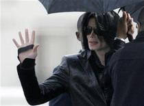 <p>Michael Jackson waves to fans at a U.S. military facility in Tokyo, as he walks to board a helicopter bound for Camp Zama, a U.S. military base west of Tokyo, to join a fan appreciation event March 10, 2007. REUTERS/Kim Kyung-Hoon</p>