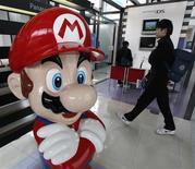 <p>Nintendo fait état d'une hausse de 21% de son bénéfice d'exploitation au troisième trimestre, tiré par les ventes de ses consoles Wii et DS, mais il a abaissé ses prévisions annuelles de près de 16% en raison du renchérissement du yen. /Photo prise le 29 janvier 2009/REUTERS/Toru Hanai</p>