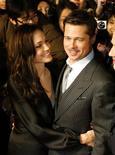 """<p>Los actores estadounidenses Brad Pitt y Angelina Jolie asisten al estreno de """"The Curious Case of Benjamin Button"""" en Tokio, 29 ene 2009. Las estrellas de Hollywood Brad Pitt y Angelina Jolie han sido bendecidas con dos nominaciones al Oscar y dos mellizos, pero los actores dicen estar demasiado ocupados cambiando pañales para celebrar. REUTERS/Toru Hanai (JAPON)</p>"""