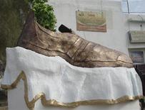<p>Les habitants de Tikrit, ville natale du défunt dictateur irakien Saddam Hussein, ont inauguré un monument en forme de chaussure géante en hommage au journaliste Muntazer al-Zaidi qui a lancé ses chaussures en direction de l'ancien président américain George Bush. /Photo prise le 27 janvier 2009/REUTERS/Sabah al-Bazee</p>