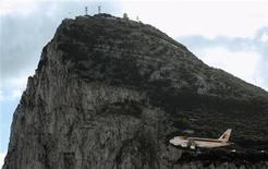 <p>An Iberia aircraft flies during a test before landing at the airport in Gibraltar in this file photo from November 26, 2006.REUTERS/Anton Meres</p>