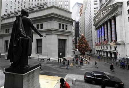 A statue of George Washington looks out over a lightly traveled Wall Street and the New York Stock Exchange, decorated for the holidays at right, shortly after it opened for business on the last day of the year in New York, in this file photo from December 31, 2008. REUTERS/Ray Stubblebine