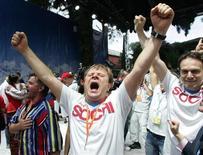 <p>Россияне радуются тому, что Зимние Олимпийские игры 2014 года пройдут в Сочи, 4 июля 2007 года. Премьер-министр России Владимир Путин пообещал Международному олимпийскому комитету в срок возвести объекты, необходимые для зимней Олимпиады-2014 и заверил, что дефицит доходов казны не скажется на финансировании. REUTERS/Sergei Karpukhin(GUATEMALA)</p>