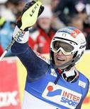 <p>L'azzurro Manfred Moelgg celebra la vittoria nello slalom di Coppa del Mondo sulla pista di Garmisch-Partenkirchen, in Germania. REUTERS/Michael Dalder</p>