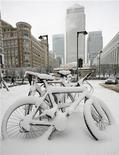 """<p>Велосипеды, занесенные снегом, у офиса Рейтер в Лондоне 2 февраля 2009 года. Лондонский аэропорт """"Хитроу"""" в понедельник закрыл обе взлетно-посадочные полосы из-за сильнейших снегопадов, парализовавших транспортную систему Великобритании. REUTERS/Jonathan Bainbridge</p>"""