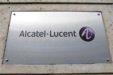 <p>Logo da Alcatel-Lucent no prédio da sede da empresa em Paris. A fabricante francesa de equipamentos de telecomunicações Alcatel-Lucent divulgou nesta quarta-feira lucro e vendas acima das expectativas, apesar de registrar baixa contábil de 3,91 bilhões de euros (5 bilhões de dólares) relativa a ativos defasados. REUTERS/Charles Platiau (FRANCE) (Newscom TagID: rtrphotosthree826989) [Photo via Newscom]</p>