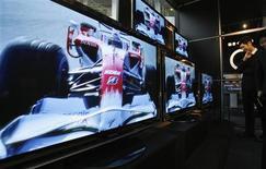 <p>Un hombre mira televisores de Panasonic Corp en una sala de ventas en Tokio, 4 feb 2009. El grupo japonés Panasonic Corp, líder mundial en pantallas de plasma, anunció el miércoles que va a registrar una pérdida anual de 4.200 millones de dólares y que recortará 15.000 empleos además de cerrar varias plantas mientras lucha contra una contracción de la demanda. REUTERS/Yuriko Nakao (JAPON)</p>