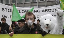 <p>Una dimostrazione ambientalista per sollecitare politiche sul cambiamento climatico. REUTERS/Tobias Schwarz (POLAND)</p>