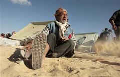 <p>Palestino que perdeu sua casa durante a ofensiva diante de tendas improvisadas, em Gaza REUTERS/Mohammed Salem (GAZA)</p>