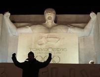 <p>Un hombre posa frente de una escultura de nieve inspirada en la candidatura de Japón para los Juegos Olímpicos del 2016 la noche antes de la inauguración del festival de nieve de Sapporo, 4 feb 2009. Cuando el Comité Olímpico Internacional (COI) terminó en diciembre una sociedad televisiva de 52 años con la Unión Europea de Radiodifusión, preparó el escenario para una batalla por los derechos de los Juegos que podría llevar a la cita a la televisión paga. REUTERS/Kim Kyung-Hoon (JAPON)</p>