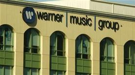 <p>La sede de Warner Music Group en Burbank, California, EEUU, 5 ago 2008. La casa discográfica Warner Music Group reportó el jueves una ganancia en su primer trimestre fiscal, gracias a que un beneficio extraordinario contrarrestó una caída en las ventas de discos compactos y un menor crecimiento en los ingresos por música digital. REUTERS/Fred Prouser/Archivo</p>