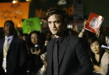 """<p>Robert Pattinson, protagonista de """"Twilight"""", posa para fotos em meio ao assédio de fãs. O filme levou as plateias a uma viagem mágica pelo mundo dos vampiros. Agora a diretora Catherne Hardwicke prepara livro que detalha sua realização. REUTERS/Mario Anzuoni</p>"""