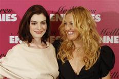 """<p>As atrizes Anne Hathway e Kate Hudson, protagonistas do filme """"noivas em guerra"""" REUTERS/Benoit Tessier (FRANCE)</p>"""