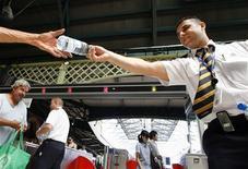 <p>El empleado de ferrocarril Abdul Chami reparte botellas de agua gratis a viajeros en la Estación Central de Sidney, 6 feb 2009. Bomberos equipados con aeronaves y sistemas de imágenes térmicas hacían frente el viernes a incendios forestales dentro y cerca de las dos ciudades más grandes de Australia, mientras el densamente poblado sudeste del país era abrasado por una intensa ola de calor. REUTERS/Tim Wimborne (AUSTRALIA)</p>