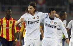 <p>Luis Figo marcou seu primeiro gol na temporada para ajudar a Inter de Milão, líder do Campeonato Italiano, a vencer o Lecce fora de casa por 3 x 0 neste sábado. O gol do ex-capitão da seleção portuguesa foi o primeiro na competição desde setembro de 2007.</p>