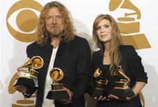"""<p>Robert Plant y Allison Krauss posan con sus premios a álbum del año por """"Raising Sand"""" y grabación del año por """"Please Read the Letter"""", ganados en la 51ra. entrega anual de los premios Grammy en Los Angeles el 8 de febrero del 2009. REUTERS/Mario Anzuoni</p>"""