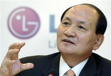 <p>Le groupe sud-coréen d'électronique LG dit s'attendre à une chute de 20% de ses ventes cette année et prévoit de réduire ses coûts de 2,2 milliards de dollars (1,7 milliard d'euro) pour répondre au plongeon de la demande. /Photo prise le 9 fvérier 2009/REUTERS/LG Electronics/Handout</p>