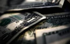 <p>Долларовые купюры в Торонто 26 марта 2008 года. Помощники президента США Барака Обамы в воскресенье призвали сенаторов оставить политические разногласия и одобрить пакет экономической помощи объемом $827 миллиардов на этой неделе. REUTERS/Mark Blinch</p>